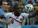 pemain-uruguay-dan-kosta-rika-rebutan-bola.jpg