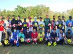 pemberian-bola-kepala-dinas-pemuda-dan-olahraga-provinsi-sumsel-ahmad-yusuf-wibowo.jpg