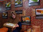 pemilik-toko-kue-bunda-rayya-yus-elis-saat-memperlihatkan-makanan-khas-palembang-pempek-dos.jpg