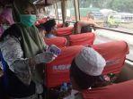 pengecekan-suhu-tubuh-penumpang-bus-yang-datang-dari-luar-daerah.jpg