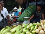 penjual-jagung-manis-di-kawasan-dekranasda-jakabaring_20151231_072112.jpg