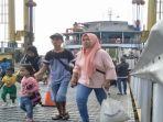 penumpang-dari-bangka-turun-kapal-ferry-di-pelabuhan-tanjung-api-api_20180610_211127.jpg