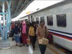 penumpang-kereta-api-tiba-di-stasiun-kereta-api-kertapati-palembang_20180608_210640.jpg