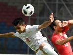 pesepak-bola-iran-mohammadreza-azadi-andiezh-berebut-bola-dengan-pesepak-bola-korea-selatan_20180901_202744.jpg
