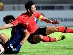 pesepak-bola-korea-selatan-heung-min-son-berebut-bola-dengan-pesepak-bola-jepang_20180901_210434.jpg