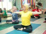 peserta-yoga-yang-tengah-berada-di-dewi-yoga-studio.jpg
