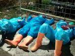 petugas-berapd-tertidur-pulas-di-atas-tanah-lokasi-di-kudus.jpg