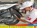 petugas-mekanik-sedang-memeriksa-ban-motor-honda-di-pit-express1_20180322_164442.jpg