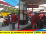 petugas-pom-bensin-melayani-pembeli-di-spbu_20180521_150513.jpg
