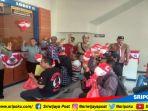 petugas-samsat-palembang-ii-mengenakan-kostum-pejuang-membagikan-souvenir_20180818_140653.jpg