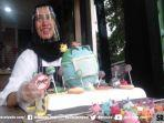 pipit-permatasari-chef-kementerian-di-angola-afrika-selatan-dengan-kue-globe-covid-19.jpg