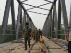 pj-bupati-mura-tinjau-pembangunan-jembatan_20151016_091618.jpg