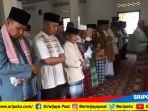 pj-walikota-pagaralam-musni-wijaya-bersama-jemaah-masjid-tawakkal-solat-gaib-korban-mako-brimo_20180511_162724.jpg