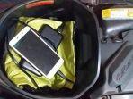 ponsel-dan-powerbank-di-bagasi-motor.jpg