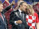 presiden-kroasia-kolinda-grabar-kitarovic-rela-basah-kuyub-saat-penyerahan-medali_20180716_140932.jpg