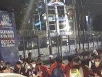 puluhan-mahasiswa-kepung-kantor-dpp-demokrat-blokade-jalan-hingga-malam-dan-teriak-minta-ahy-keluar.jpg