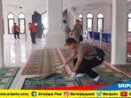 puluhan-personel-gabungan-polres-pali-bpbd-dinkes-pali-bersihkan-masjid-cegah-virus-corona.jpg