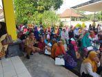 ratusan-penerima-kartu-keluarga-sejahtera-kks-menerima-bantuan-pangan-non-tunai-bpnt.jpg