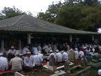 ribuan-masyarakat-ikuti-haul-dan-ziarah-kubro-di-makam-al-habib-ahmad-bin-syech.jpg
