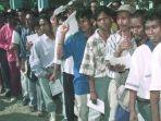 ribuan-warga-kota-dili-antre-dalam-pelaksanaan-penentuan-pendapat-di-timor-timur-30-agustus-1999.jpg