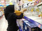 salah-satu-konsumen-sedang-memilih-produk-elektronik-di-supermarket-hypermart_20180511_160432.jpg