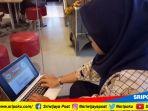 salah-satu-peserta-cpns-saat-mencoba-simulasi-cat-via-online-di-laptop_20181016_140525.jpg