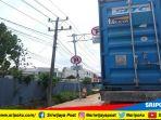 salah-satu-truk-kontainer-yang-diparkir-di-jalan-residen-abdul-rozak-palembang_20180912_132135.jpg
