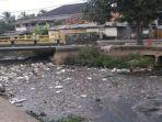 sampah-penuhi-aliran-sungai-bendung-palembang.jpg