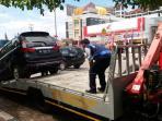 sebuah-mobil-diderek-oleh-petugas-dishub-palembang_20160927_145544.jpg