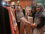 sejumlah-perempuan-muda-berpose-di-salah-satu-stan-hijab-yang-ada-di-ihf-2017_20170522_161314.jpg