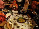sejumlah-tamu-undangan-di-sediakan-makan-di-acara-apji-lestarikan-budaya-palembang_20181020_132551.jpg