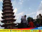 sejumlah-warga-berwisata-di-pulau-kemaro-palembang-senin-1862018_20180618_145159.jpg