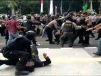 seorang-polisi-diduga-membanting-seorang-peserta-aksi-demo-di-tigaraksa.jpg
