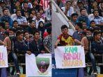 seorang-suporter-sriwijaya-fc-laskar-wong-kito-membentangkan-tulisan-kami-rindu-juara_20170118_165816.jpg