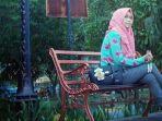seorang-wanita-berfoto-di-taman-venue-menembak-jsc-palembang_20161205_133723.jpg