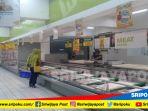 seorang-warga-belanja-di-hypermart-palembang_20180224_115728.jpg