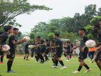 skuat-sriwijaya-fc-mengikuti-latihan-bersama-di-lapangan-atletik-luar-jsc-jakabaring-palembang.jpg