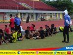 skuat-tim-sriwijaya-fc-beristirahat-latihan-di-stadion-atletik-jakabaring-sport-city-palembang.jpg