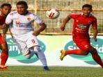 striker-andalan-sriwijaya-fc-alberto-beto-goncalves-diapit-para-pemain-lawan.jpg