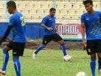 striker-anyar-sriwijaya-fc-alberto-goncalves-tengah-menggiring-bola.jpg