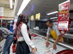 tampak-beberapa-wanita-yang-sedang-memilih-daging-ayam-di-supermarket_20180612_155324.jpg