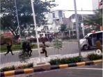 tangkapan-layar-diduga-petugas-tembak-dan-kerja-mobil-ambulans-saat-demo.jpg