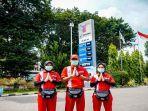 tiga-orang-karyawan-pertamina-menyapa-konsumen-dengan-mengucapkan-salam.jpg