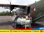 tim-gabungan-menyiapkan-bahan-semai-yang-diangkut-menggunakan-pesawat-cassa_20180802_095312.jpg