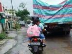 truk-melintas-jalan-musi-raya-timur-sako-palembang.jpg