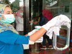 virus-corona-petugas-rumah-sakit-membersihkan-peralatan-dan-perlengkapan.jpg