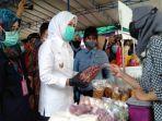 wakil-walikota-palembang-fitrianti-agustinda-saat-meninjau-bazar-sembako-ramadan.jpg