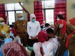 wakil-walikota-palembang-fitrianti-agustinda-tinjau-vaksinasi-untuk-pelajar-di-smpn-18-palembang.jpg