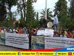 warga-banjar-sari-melakukan-aksi-demo-di-halaman-pemkab-lahat_20180321_105152.jpg