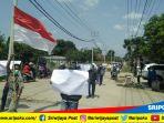 warga-kelurahan-kuta-raya-kayuagung-melakukan-aksi-demo-ke-perusahaan-pt-waskita-karya_20181001_113240.jpg